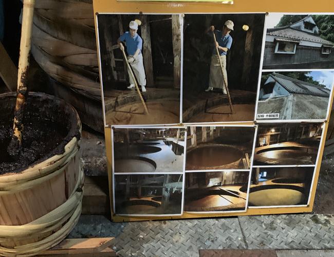 松本醤油 木桶のもろみをかきまぜている写真