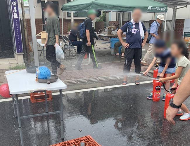 水消火器を使った子供消火体験