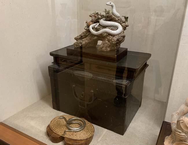 川越歴史博物館 陶器の白蛇の展示