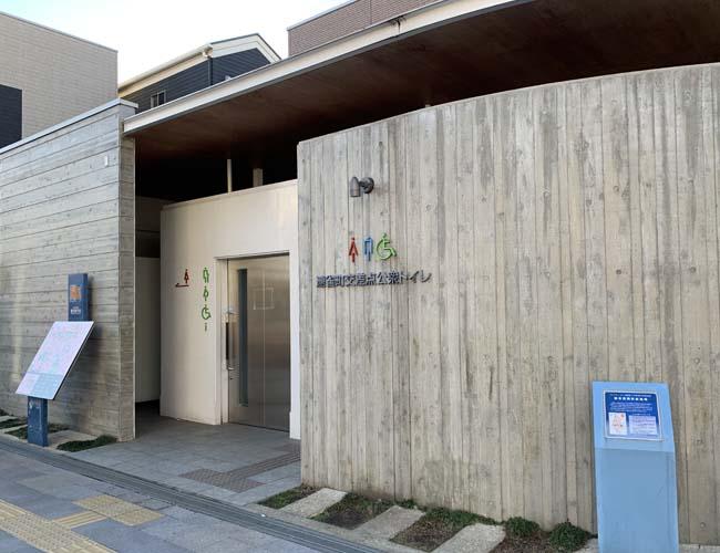 連雀町の交差点の公衆トイレ