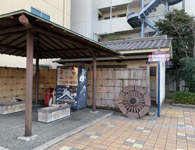 松江町交差点の公衆トイレ