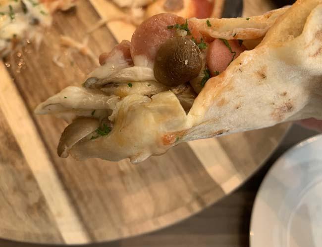 川越黒豚ソーセージとキノコのナポリ風ピッツァ